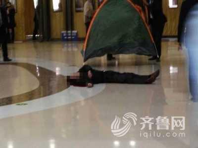 泰安万达广场死人真相 泰安一男子从万达广场4楼坠下
