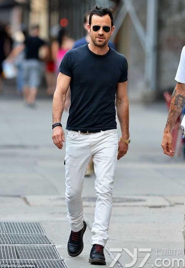 白裤子配什么颜色短袖 白色裤子配什么颜色上衣