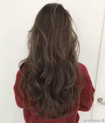 白衬衫卷发背影图片 长卷发女生发型背影图片最新