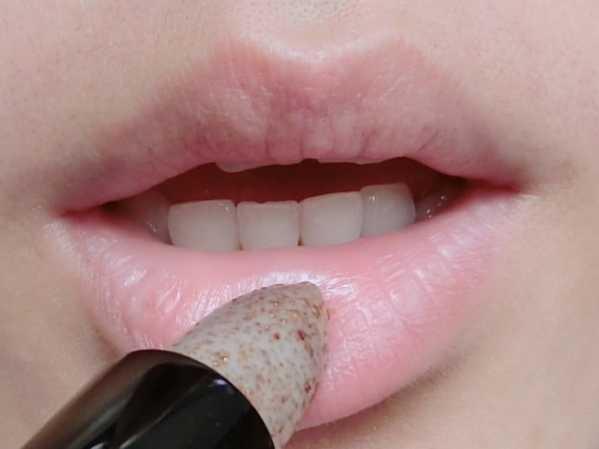 唇液的的使用方法咬唇 染唇液渣图教程