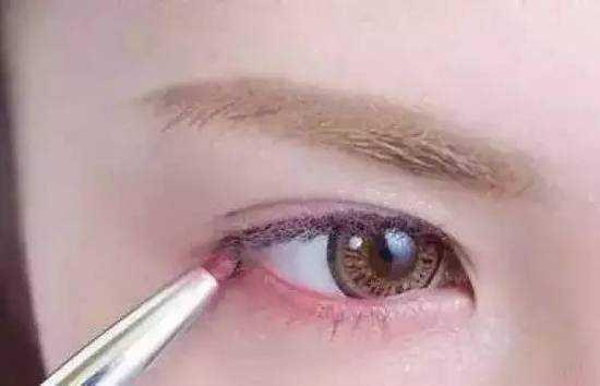 """兔子眼妆的画法步骤图 时下爆红的""""兔子眼妆""""正确的画法是这样"""