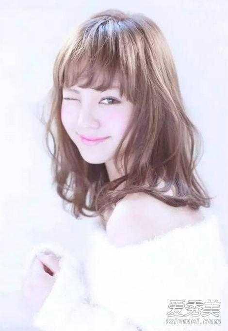 中长发给人一种很优雅的感觉,斜刘海加上内扣式发型设计甜美显脸小.