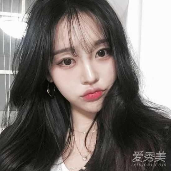 除了直发,妹子的空气刘海配卷发特是格外妩媚动人,超薄的刘海甜美更