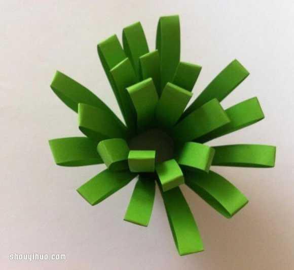 又到了周五,给爸爸妈妈送上一个剪纸制作植物花草的教程,拿去周末陪孩子们一起玩手工吧~只要准备好几种不同颜色的卡纸(当然必须要有绿色的哦),按照下面图示的方法DIY即可。  准备一张绿色卡纸  对折粘牢,不要折出痕来  等间距剪出流苏的样子  卷起,就得到一个草丛啦  把小草们整理一下,自然散开  再用红色、黄色、白色等卡纸剪出小花  把纸花用胶水粘贴到草丛上,OK啦~
