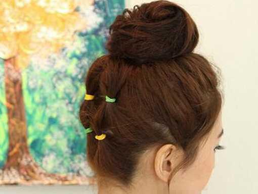这是由短卷发扎出来的丸子头,简约又好看,很多网友怕自己的头发短,扎