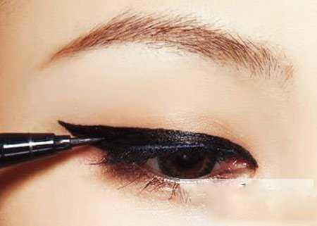 魅惑眼线怎么画 魅惑上扬眼线液的画法步骤图