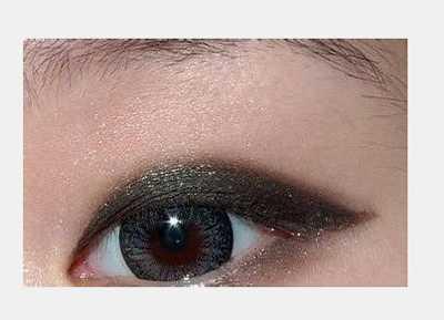 单眼皮mm如何画烟熏妆 图解小烟熏眼妆的画法  step8:最后眼影刷蘸