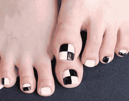 脚美甲之黑白格款式