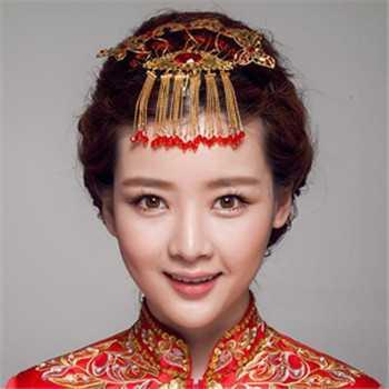 这款中式新娘盘发很适合发量多的准新娘们打造,浓密长发盘扎出立体