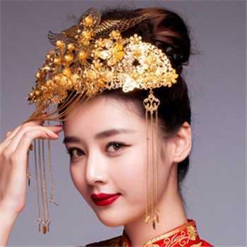这款中式新娘盘发很适合发量多的准新娘们打造,浓密长发盘扎出立体图片